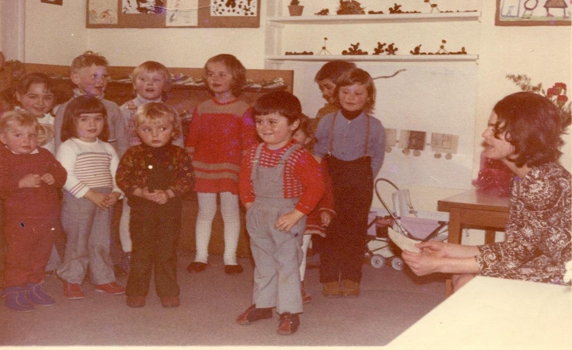 Prvi otroci v vrtcu v Podčetrtku leta 1972 z vzgojiteljico Elizabeto Plohl.